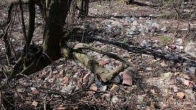 Muito lixo cai na terra na floresta video estoque