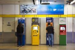 Muito a máquina de dinheiro ou os ATM para viajantes dos povos tailandeses e do estrangeiro fazem uma retirada Foto de Stock Royalty Free