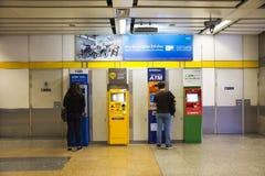 Muito a máquina de dinheiro ou os ATM para viajantes dos povos tailandeses e do estrangeiro fazem uma retirada Fotos de Stock Royalty Free
