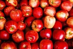 Muito maçã vermelha no mercado de produto fresco fotos de stock royalty free