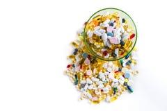 Muito medicamentação e comprimidos coloridos diferentes no fundo branco com espaço da cópia Imagem de Stock