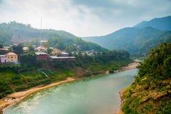 Muito montanhas altas em Laos o rio Imagem de Stock