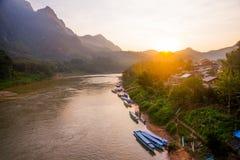 Muito montanhas altas em Laos o rio Fotografia de Stock