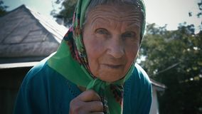 Muito mulher adulta apenas em um lenço no jardim exterior vídeos de arquivo