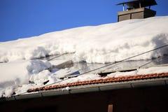 Muito neve em uma parte superior do telhado fotografia de stock royalty free