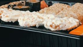 Muito Nigiri diferente Gunkan Maki Sushi com fim salmon do pepino do queijo de Philadelphfia da enguia acima da vista filme