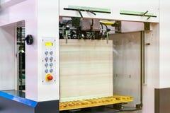 Muito papel em moderno e no de alta tecnologia da publicação ou da máquina de impressão automática fotografia de stock royalty free