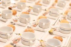 Muito preparação vazia branca do copo de café para a ruptura de café do wedd fotos de stock royalty free
