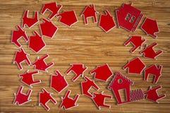 Muito símbolo vermelho da casa no fundo de madeira fotos de stock