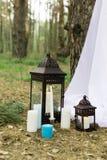 Muito se velas em castiçal e nas lanternas imagens de stock royalty free