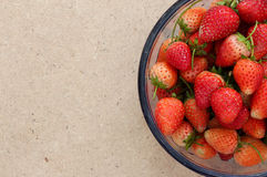 Muito Stawberry no sopro de vidro na madeira Fotos de Stock Royalty Free