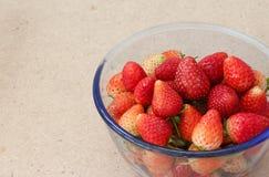 Muito Stawberry no sopro de vidro na madeira Imagens de Stock