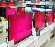 Muito a tevê na mostra multi-colorida está esperando seu comprador Imagens de Stock