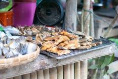 Muito tipo de peixes secados na tabela no mercado de produto fresco imagens de stock