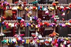 Muitos amam fechamentos nas portas da casa de Juliet em Verona Imagens de Stock