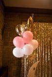 Muitos balões cor-de-rosa, brancos e dourados na festa de anos Imagens de Stock