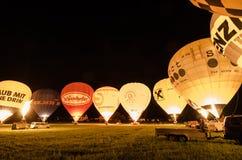 muitos balões de ar quente de incandescência na noite Imagens de Stock