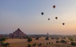 Muitos balões de ar quente que voam sobre os templos em Bagan, Myanmar Imagem de Stock Royalty Free