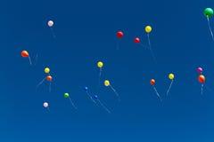 Muitos baloons brilhantes no céu azul Fotos de Stock Royalty Free