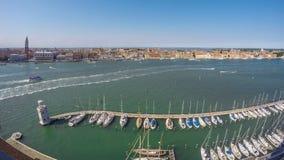 Muitos barcos amarraram perto do farol em Grand Canal, arquitetura da cidade de Veneza, lapso de tempo video estoque