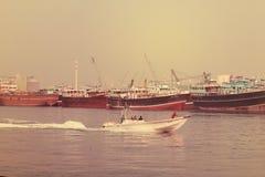 Muitos barcos de pesca flutuam no mar com fundo do céu , Dubai 28 de julho de 2017 Imagem de Stock Royalty Free