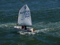 Muitos barcos de vela pequenos no rio de Tejo em Lisboa imagem de stock royalty free