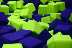 Muitos blocos coloridos do delicado em um kids& x27; ballpit em um campo de jogos Imagens de Stock Royalty Free