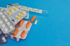 Muitos blocos dos comprimidos As tabuletas são ao lado do empacotamento imagens de stock royalty free
