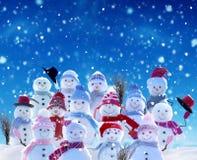 Muitos bonecos de neve que estão na paisagem do Natal do inverno fotos de stock royalty free