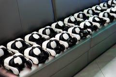 Muitos capacete da realidade virtual VR no fundo escuro Imagem de Stock