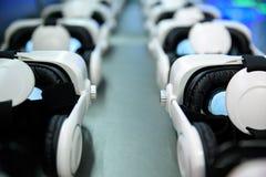 Muitos capacete da realidade virtual VR no fundo escuro Fotos de Stock Royalty Free