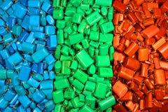 Muitos capacitores coloridos azuis verdes vermelhos como o backgroun da eletrônica Fotografia de Stock