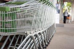 Muitos carrinhos de compras vazios em seguido Imagem de Stock