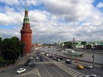 Muitos carros conduzem ao longo do rio de Moscou, por paredes do Kremlin de Moscou Fotografia de Stock