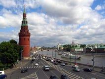 Muitos carros conduzem ao longo do rio de Moscou, por paredes do Kremlin de Moscou Fotos de Stock Royalty Free