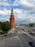 Muitos carros conduzem ao longo do rio de Moscou, por paredes do Kremlin de Moscou Foto de Stock