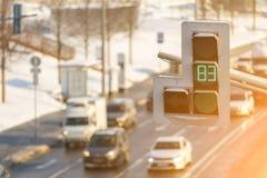 Muitos carros estão em um engarrafamento na estrada apesar do fato de que o sinal mostra uma cor verde Fotografia de Stock