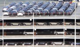 Muitos carros estacionados foto de stock