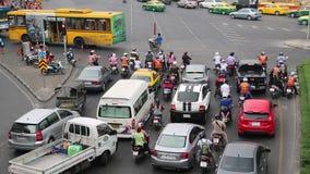 Muitos carros nas estradas transversaas em Banguecoque, Tailândia filme