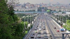 Muitos carros vão na estrada da cidade filme