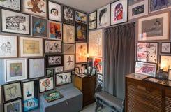 Muitos cartazes e desenhos da arte nos quadros na parede da loja pequena que vende ilustrações e artes finalas para a decoração fotos de stock