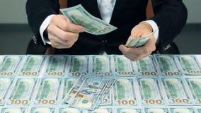 Muitos cem dólares americanos Homem bem sucedido com lote do dinheiro vídeos de arquivo