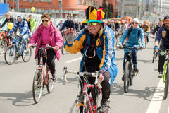 Muitos ciclistas participam na parada da bicicleta em torno do centro de cidade Foto de Stock