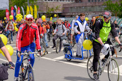 Muitos ciclistas participam na parada da bicicleta em torno do centro de cidade Fotografia de Stock