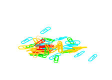 Muitos clipes de papel multi-coloridos no fundo isolado branco fotografia de stock royalty free