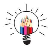 Muitos colorem o lápis e a ampola no branco, na ideia e nos trabalhos de equipa Fotografia de Stock
