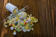 Muitos comprimidos médicos no fundo Foto de Stock