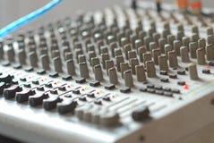 muitos controlam o botão para ajustam o tom do volume do amplificador da música Fotos de Stock