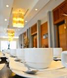 Muitos copos de café branco que esperam servir Imagem de Stock Royalty Free