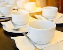 Muitos copos de café branco que esperam servir com o ef claro morno Imagem de Stock Royalty Free
